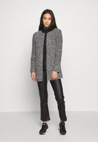 ONLY - ONLAPPLE CRISPY - Krátký kabát - black - 1