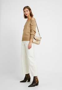 ONLY - ONLNANNA OFF SHOULDER - Trui - indian tan - 1