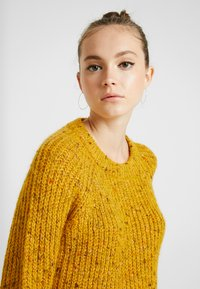 ONLY - ONLHANNI O NECK - Svetr - golden yellow/multi color - 4