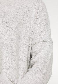 ONLY - ONLMAYE O-NECK - Jersey de punto - light grey melange/black melange - 5