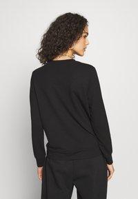 ONLY - ONLBILLIE EILISH - Camiseta de manga larga - black - 2