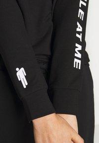 ONLY - ONLBILLIE EILISH - Camiseta de manga larga - black - 5