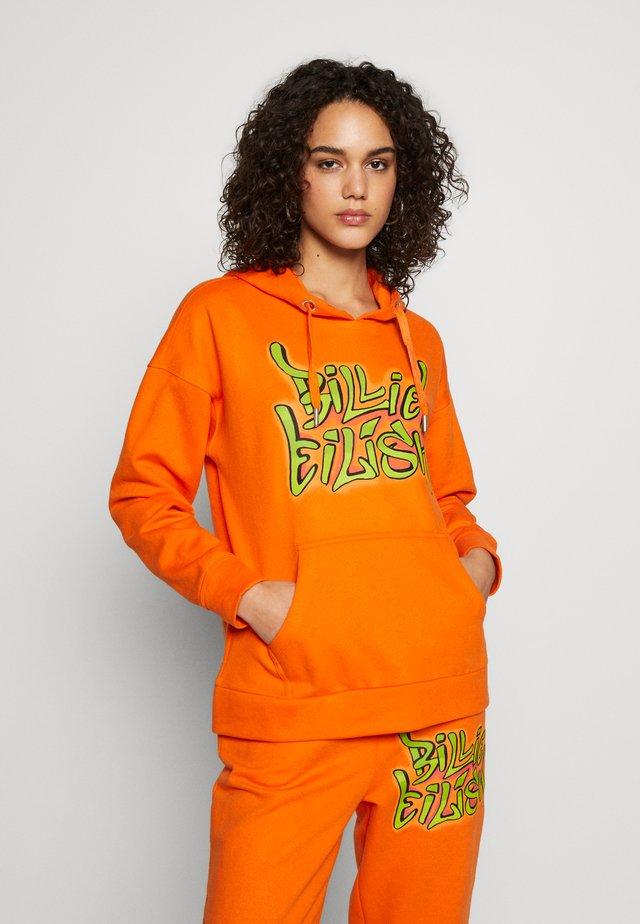 ONLBILLIE EILISH LOGO HOOD - Hoodie - puffins bill/billie graffiti