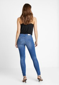 ONLY - ONLKENDELL REG ANKLE - Vaqueros pitillo - medium blue denim - 2