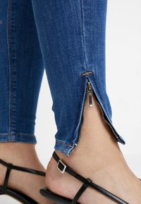ONLY - ONLKENDELL REG ANKLE - Vaqueros pitillo - medium blue denim - 6
