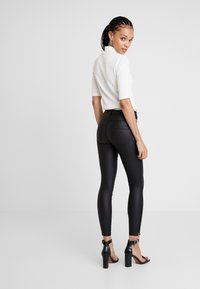 ONLY - ONLROYAL COATED ANKLE ZIP PANT - Vaqueros pitillo - black - 3