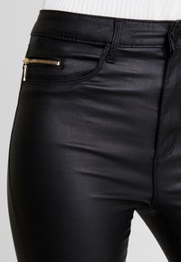 ONLY - ONLROYAL COATED ANKLE ZIP PANT - Vaqueros pitillo - black - 6