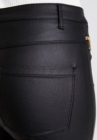 ONLY - ONLROYAL COATED ANKLE ZIP PANT - Vaqueros pitillo - black - 4