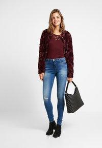 ONLY - ONLFIRIS MID PUSH UP LIFE - Jeans Skinny Fit - medium blue denim - 1