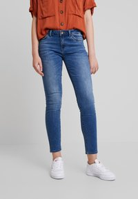 ONLY - ONLCARMEN REG ANK - Vaqueros pitillo - medium blue denim - 0