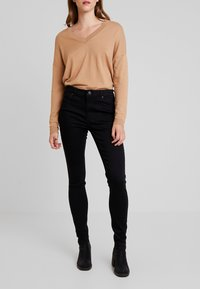 ONLY - ONLDOOLEY MID REA - Jeans Skinny - black denim - 0