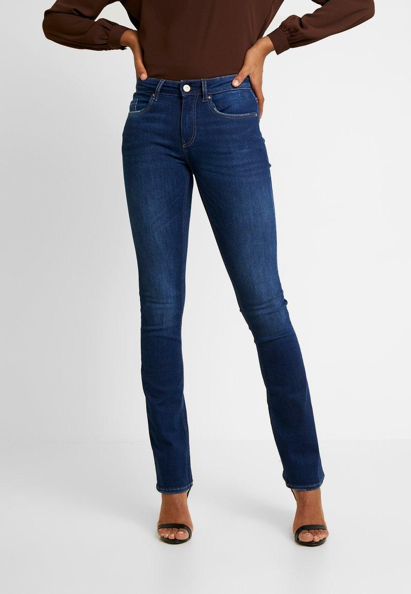 ONLY - ONLFHUSH MID SWEET JEANS SOO - Flared Jeans - dark blue denim