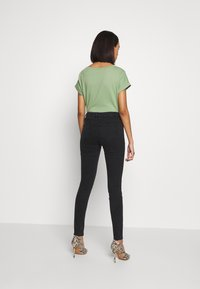 ONLY - ONLCARMEN WORKER  - Vaqueros pitillo - black denim - 2