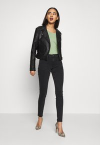 ONLY - ONLCARMEN WORKER  - Vaqueros pitillo - black denim - 1