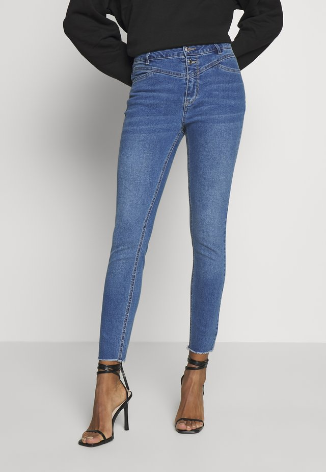 ONLCHRASSY  - Vaqueros pitillo - medium blue denim
