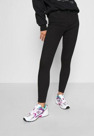 ONLIRIS MID SKINNY ANK PUSHUP BB MA - Jeans fuselé - black