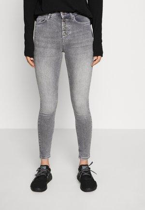ONLBLUSH BUTTON - Jeans Skinny Fit - medium grey denim