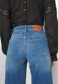 ONLY - ONLMADISON CROP - Jeans bootcut - dark blue denim - 4