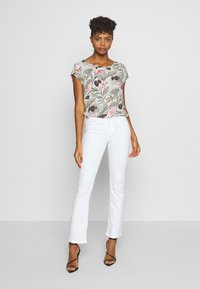 ONLY - ONLBLUSH MID SWEET  - Flared Jeans - white - 1