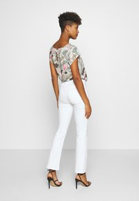 ONLY - ONLBLUSH MID SWEET  - Flared Jeans - white - 2