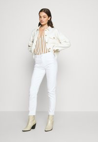 ONLY - ONLEMILY  LIFE  - Džíny Relaxed Fit - white - 1