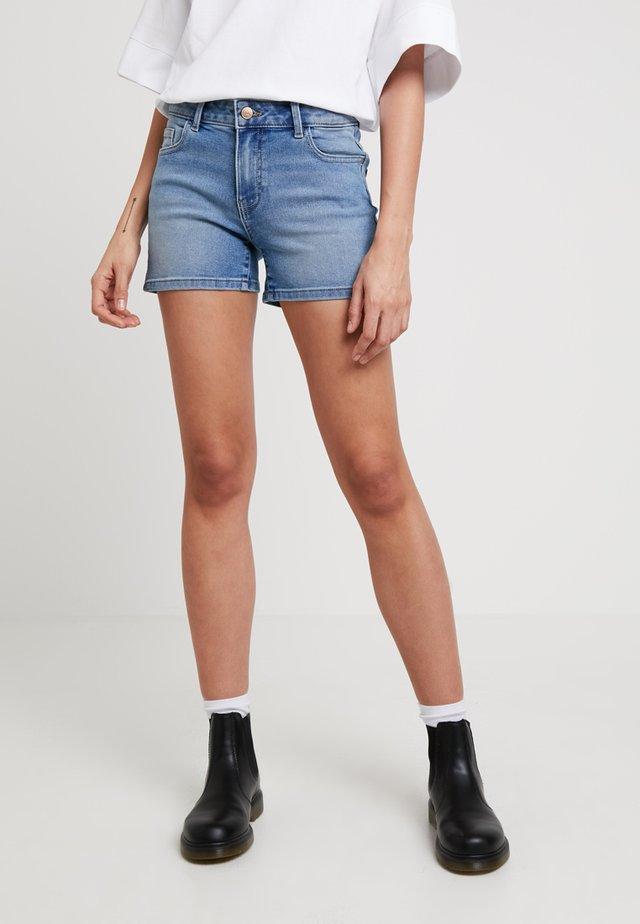 ONLCARMEN - Shorts vaqueros - light blue denim