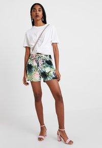ONLY - ONLPOPTRASH PALM LEAF PRINT - Shorts - black - 1
