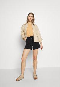 ONLY - ONLKAYLEE ARIANA BELT - Shorts - black - 1