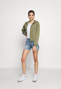 ONLY - ONLBLUSH RAW SHORTS  - Shorts di jeans - light blue denim - 1