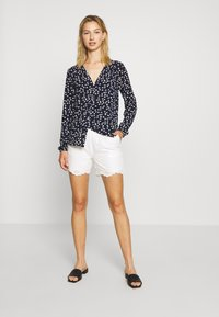 ONLY - ONLSHERY ANGLAIS - Shorts - cloud dancer - 1