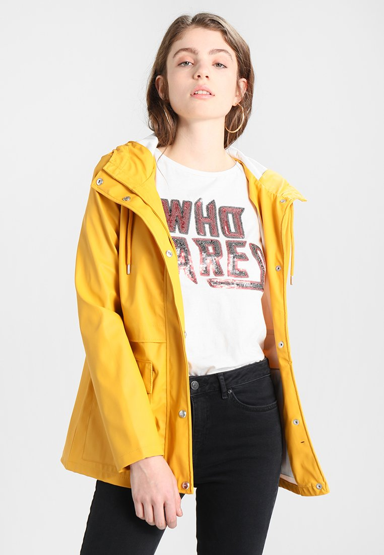 ONLY - ONLTRAIN SHORT - Regenjas - yolk yellow