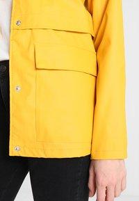 ONLY - ONLTRAIN SHORT - Impermeable - yolk yellow - 5