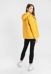 ONLY - ONLTRAIN SHORT - Impermeabile - yolk yellow - 2