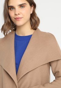ONLY - ONLPHOEBE DRAPY COAT  - Cappotto classico - camel - 4