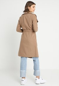 ONLY - ONLPHOEBE DRAPY COAT  - Cappotto classico - camel - 2