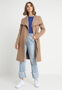 ONLY - ONLPHOEBE DRAPY COAT  - Cappotto classico - camel - 1