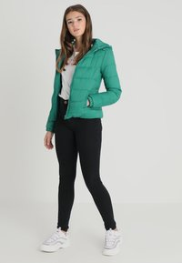 ONLY - ONYNORTH QUILTED PANEL HOOD - Giacca da mezza stagione - cadmium green - 1