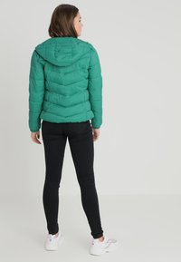 ONLY - ONYNORTH QUILTED PANEL HOOD - Giacca da mezza stagione - cadmium green - 2