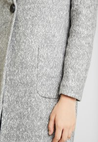 ONLY - ONLASTRID MARIE COAT - Kort kåpe / frakk - medium grey melange - 5