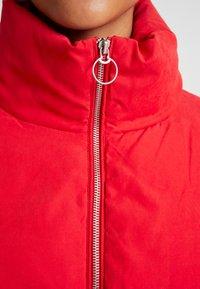 ONLY - ONLDINA SHORT QUILTED PUFFER - Zimní bunda - chinese red - 4