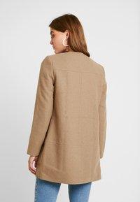 ONLY - ONLKATHARINA RIANNA COAT - Kort kåpe / frakk - camel melange - 2
