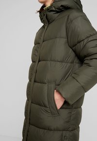 ONLY - ONLCAMMIE LONG QUILTED COAT - Vinterkåpe / -frakk - forest night - 5