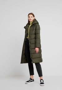 ONLY - ONLCAMMIE LONG QUILTED COAT - Vinterkåpe / -frakk - forest night - 0