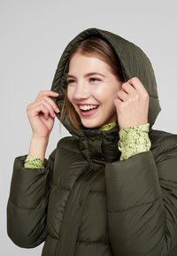 ONLY - ONLCAMMIE LONG QUILTED COAT - Vinterkåpe / -frakk - forest night - 3