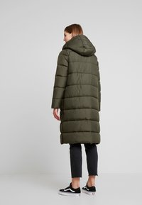 ONLY - ONLCAMMIE LONG QUILTED COAT - Vinterkåpe / -frakk - forest night - 2