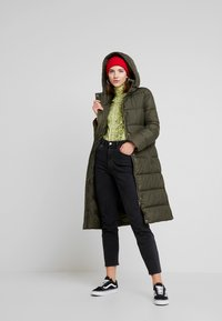 ONLY - ONLCAMMIE LONG QUILTED COAT - Vinterkåpe / -frakk - forest night - 1
