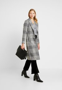 ONLY - ONLROMINA CHECK COAT - Classic coat - feather gray/blue graphite - 1