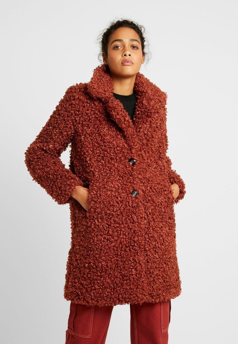 ONLY - ONLCAMILLA SHEARLING COAT - Płaszcz zimowy - burnt henna