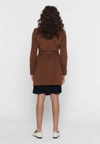 ONLY - MANTEL GESTREIFTER, DRAPIERTER - Trench - toffee - 2