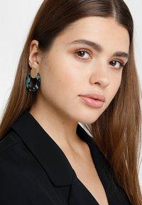ONLY - ONLZANKA ROUND EARRINGS  - Boucles d'oreilles - gold-coloured/green - 1